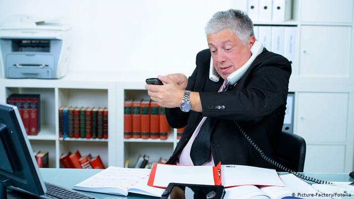 Hombre llamando por teléfono y marcando número en el móvil.