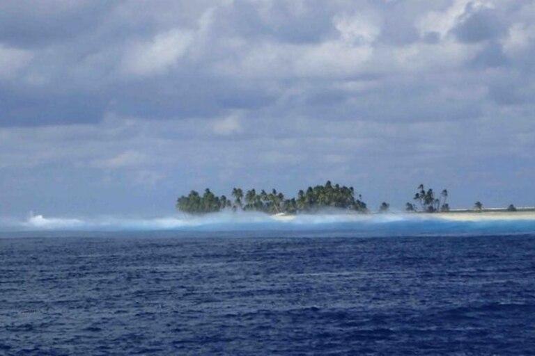 El arrecife de coral y el oleaje constante dificulta muchísimo el acceso a la isla