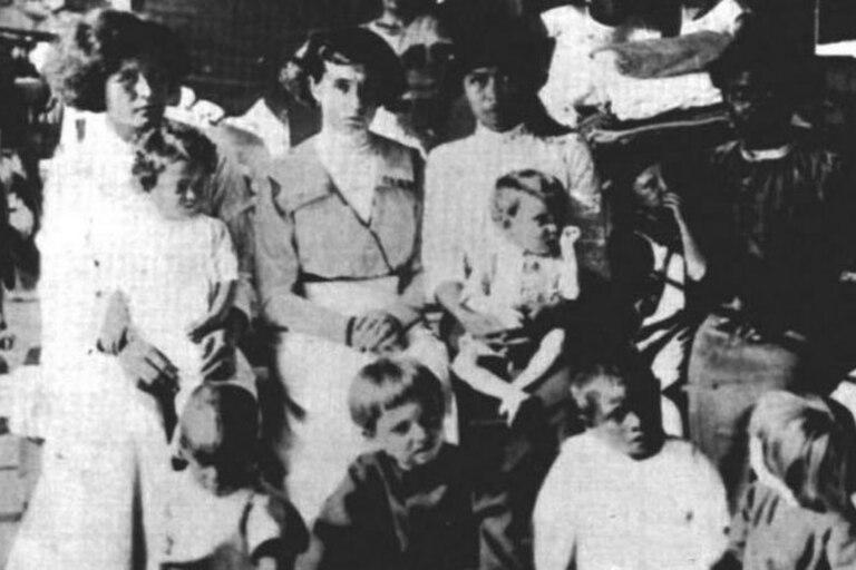 Las 11 sobrevivientes de Clipperton (tres adultas, una adolescente y siete niños pequeños) en el buque USS Yorktown que las rescató en 1917