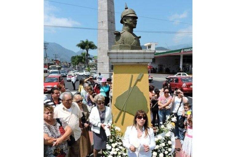 El busto del capitán Arnaud adorna una de las calles principales de su ciudad natal, Orizaba, en el estado de Veracruz. Esta foto muestra un momento del evento con el que en 2015 conmemoraron el centenario de su muerte