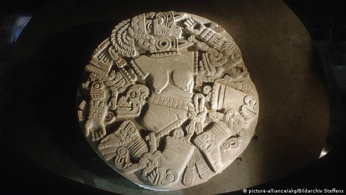 Relieve del Templo Mayor de Tenochtitlán que representa al dios Huitzilopochtli, quien decapita a su hermana, la diosa Coyolxahuqui, desmembrándola.